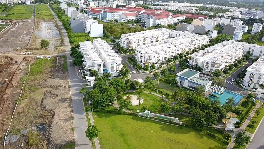 Tiến độ thi công giai đoạn 4 dự án nhà phố Bình Chánh. Đang thi công móng cọc và đường.