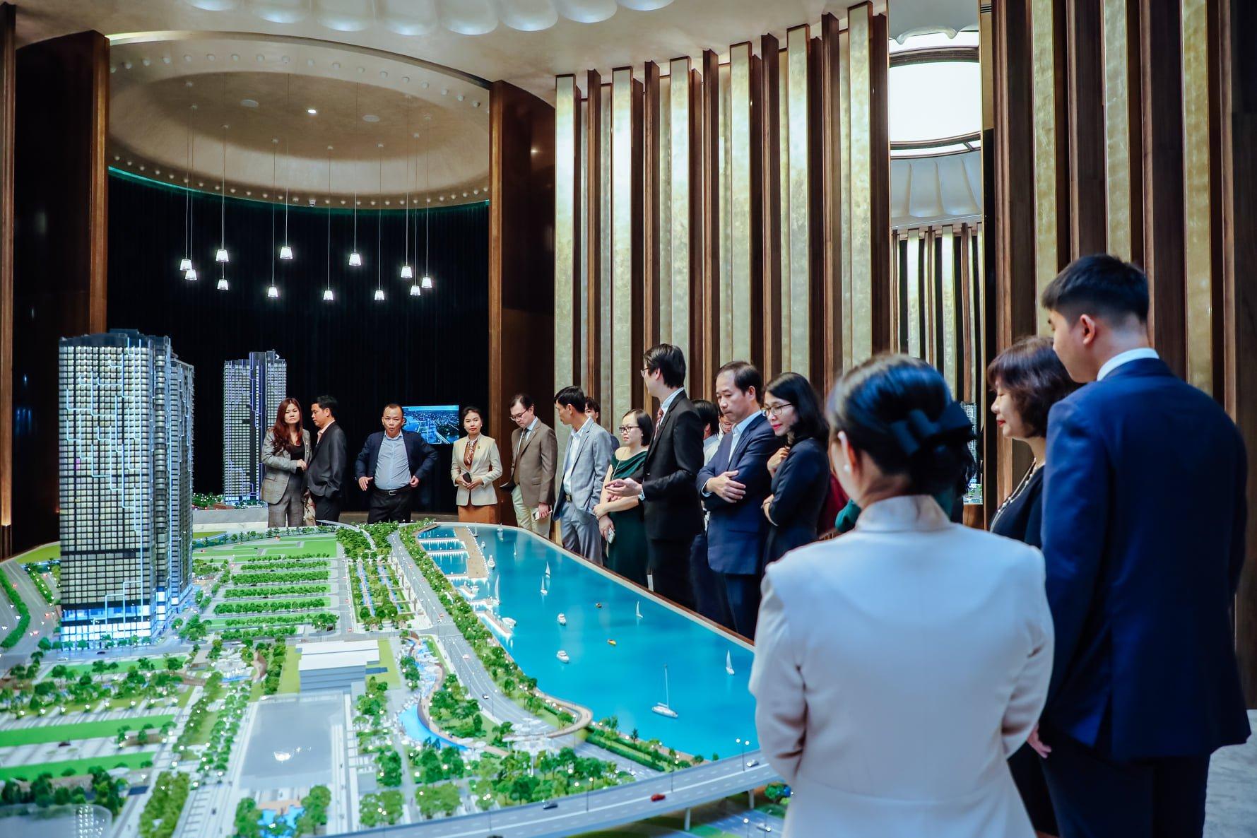 Các vị khách rất chú tâm nghe chuyên viên tư vấn giới thiệu về dự án đẳng cấp bậc nhất Sài Thành
